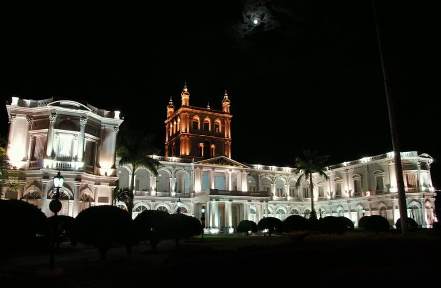 Imagen nocturna del Palacio de los López